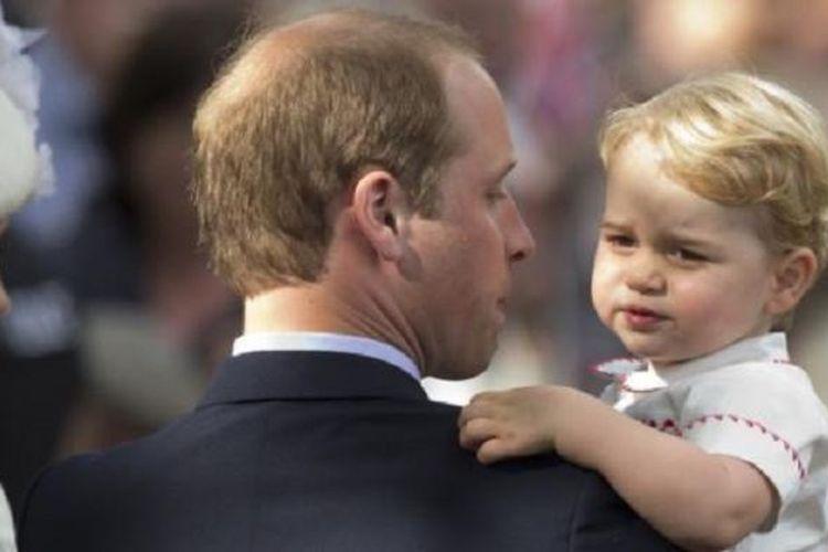 Pangeran William (tengah), Duchess of Cambridge (kiri) dan Pangeran George pada hari pembaptisan Putri Charlotte, di Sandringham, Inggris.