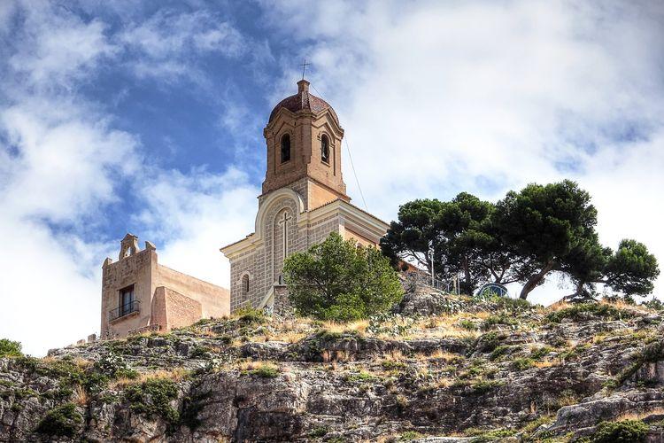 Ilustrasi Spanyol - Kastil Cullera di Valencia yang berlokasi di puncak bukit (dok. Pixabay/Enrique Meseguer).
