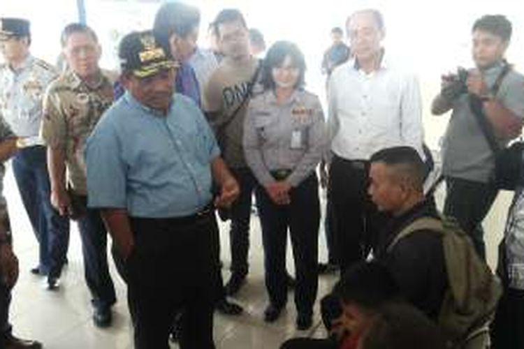 Pelaksana Tugas (Plt) Gubernur DKI Jakarta Sumarsono berbincang dengan sejumlah penumpang dalam kunjungannya ke Terminal Pulo Gebang, Cakung, Jakarta Timur, Sabtu (12/11/2016).