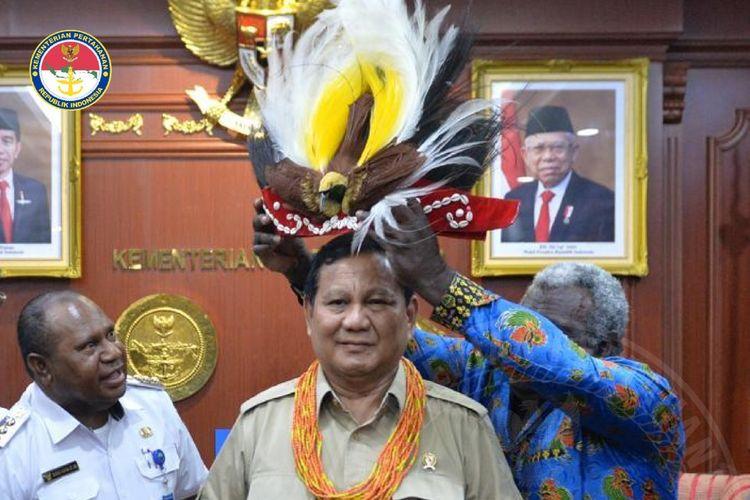 Ketua Dewan Adat Suku (DAS) mengalungkan manik-manik Suku Adat Arfak dan Mahkota Cenderawasih kepada Prabowo.