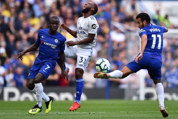 Junior Hoilett dikawal oleh NGolo Kante dan Pedro dalam laga Chelsea vs Cardiff City pada lanjutan pekan ke-5 Premier League di Stadion Stamford Bridge, 15 September 2018.