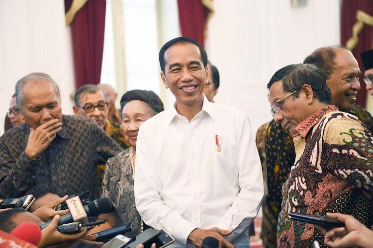 Presiden Joko Widodo (tengah) berbincang dengan sejumlah tokoh dan budayawan usai pertemuan di Istana Merdeka, Jakarta, Kamis (26/9/2019). Presiden menyatakan akan mempertimbangkan untuk menerbitkan Perppu KPK. ANTARA FOTO/Akbar Nugroho Gumay/hp;
