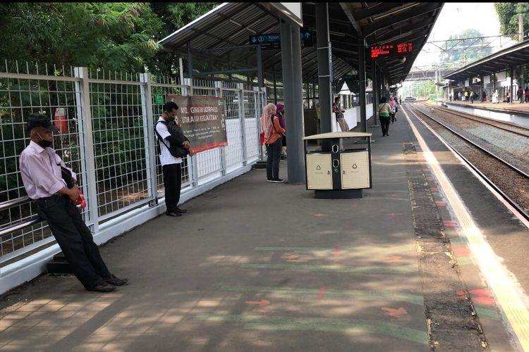 Suasana mengheningkan cipta di Stasiun Duren Kalibata dalam rangka mengenang jasa para pahlawan pada Selasa (10/11/2020) pukul 08.17 WIB. Ajakan untuk mengheningkan cipta dilontarkan lewat pengeras suara stasiun.