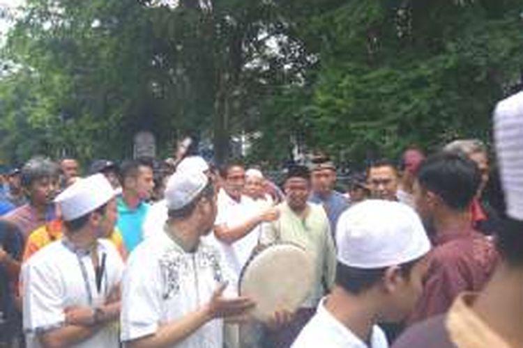 Bakal calon wakil gubernur DKI Jakarta Sandiaga Uno, Minggu (9/10/2016), mengunjungi warga Tangki Lio, Tamansari, Jakarta Barat.