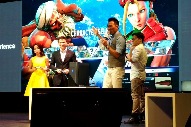 Senior Vice President Dell Raymond Wah bermain game bersama artis Taiwan Yaoyao, menjajal Inspiron Desktop Gaming terbaru Dell yang diluncurkan pada Selasa (30/5/2017)