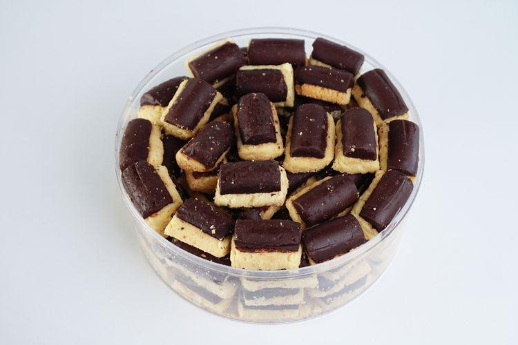 Kue kering klasik merupakan salah satu camilan yang bisa diolah menggunakan bahan susu kental manis. Topping cokelat yang ada di bagian atas akan semakin menambah kenikmatan kue kering klasik.