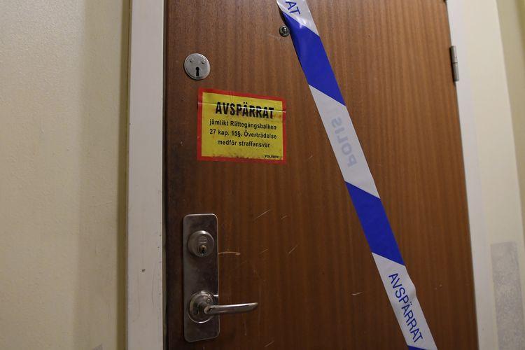 Garis polisi dipasang di pintu apartemen di Haninge, selatan Stockholm, Swedia, pada Selasa (1/12/2020), karena tempat tinggal itu dijadikan lokasi pengurungan seorang pria selama 28 tahun oleh ibunya sendiri. Korban kini berusia 40-an tahun dan ibunya berumur 70 tahun.