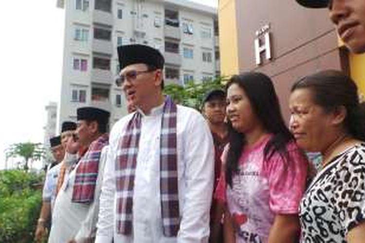 Gubernur DKI Jakarta Basuki Tjahaja Purnama atau Ahok saat berfoto bersama warga di Rusun Daan Mogot, Jakarta Barat, Kamis (25/8/2016).