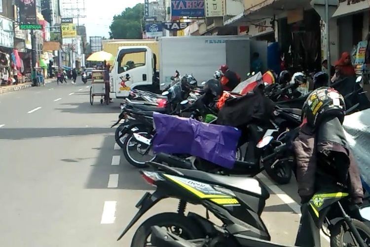Kawasan parkir tepi jalan umum Jalan KHZ Mustofa Kota Tasikmalaya, Kamis (5/12/2019).