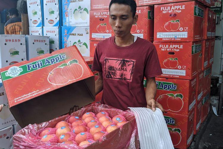 Pedagang buah impor asal China di Pasar Induk Tanah Tinggi Kota Tangerang, Kamis (13/2/2020)