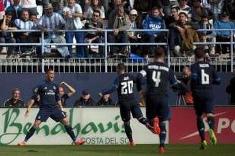 Para pemain Real Madrid merayakan gol ke gawang Malaga, pada laga lanjutan La Liga di Estadio La Rosaleda, Minggu (22/2/2016).