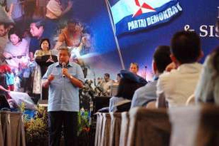 Ketua Umum Partai Demokrat Susilo Bambang Yudhoyono memberikan arahan kepada para kadernya dalam Penataran Pimpinan dan Kader  Utama Partai Demokrat, di Bogor, Jawa Barat, Selasa (29/3/2016).