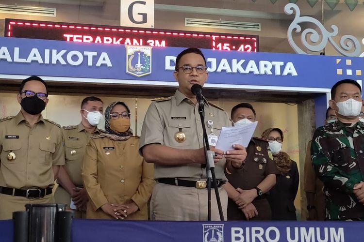 Gubernur DKI Jakarta Anies Baswedan saat menggelar konferensi pers di Lobi Blok G Balai Kota DKI Jakarta, Senin (10/5/2021)