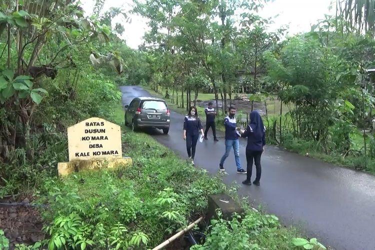 Sejumlah marketing salah satu dealer mobil tengah memasuki perkampungan warga di Kabupaten Takalar, Sulawesi Selatan yang mendadak kaya raya usai warganya menerima pembebasan lahan proyek bendungan Pammukuku. Kamis, (20/5/2021).