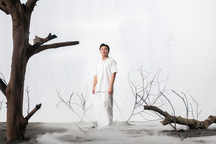 Rizky Febian tampil dengan balutan serba putih dalam video musik singel terbarunya, Ku Rindu Ibu. Lagu ini merupakan ungkapan kerinduan Iky terhadap sang ibu yang sudah tiada.