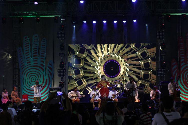 Grup musik Keroncong Tugu Cafrinho menjadi penampil pembuka Syncchronize Fest 2017 yang digelar di Gambir Expo, Kemayoran, Jakarta Pusat, pada hari pertama, Jumat (6/10/2017).