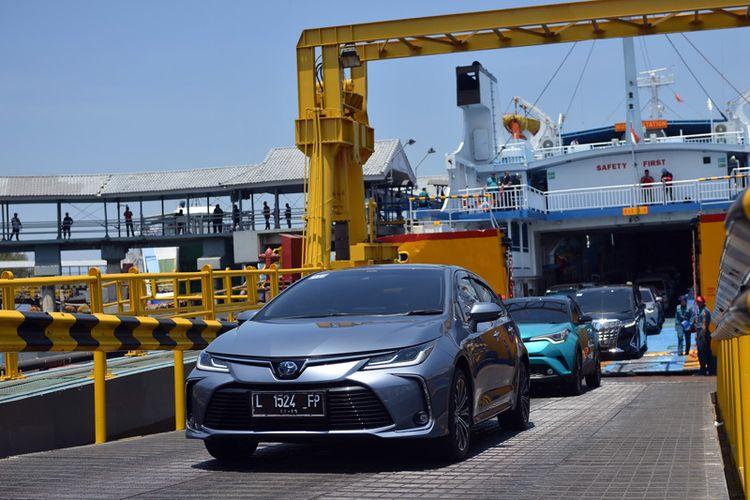 Rombongan menyebrangi Selat Bali dari Pelabuhan Ketapang menuju Gilimanuk untuk melanjutkan perjalanan.