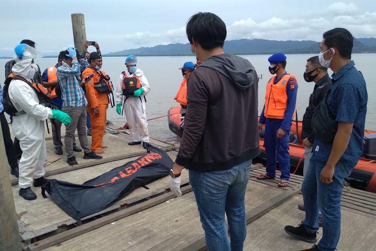 Jenazah tanpa identitas ditemukan mengambang di perairan Pancang Putih pulau Sebatik, di sela pencarian tim SAR terhadap WNA Malaysia Nazwa binti Telson (8) (Humas Polres Nunukan)