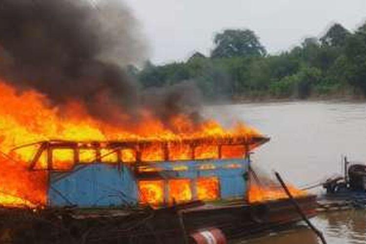Kapal tug boat yang biasa digunkan untuk menarik ponton berisi pasir dibakar massa di DesaSantapan Barat Ogan Ilir Minggu kemarin