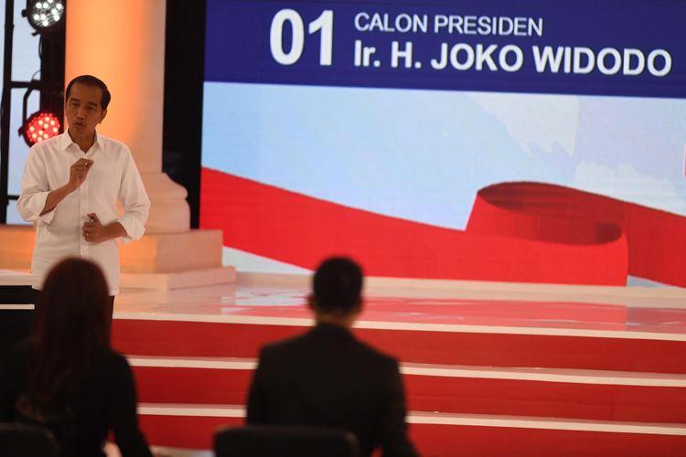 Capres nomor urut 01 Joko Widodo menyampaikan pendapatnya saat debat capres 2019 putaran kedua di Hotel Sultan, Jakarta, Minggu (17/2/2019). Debat kedua yang hanya diikuti capres yakni capres nomor urut 01 Joko Widodo. dan capres 02 Prabowo Subianto itu mengangkat tema energi dan pangan, sumber daya alam dan lingkungan hidup, serta infrastruktur.