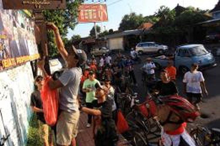 Komunitas pecinta sepeda yang tergabung dalam Samas sedang lakukan cabut paku di Jalan Sumatera Denpasar