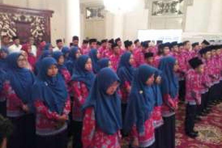 Para saritilawah asal DKI Jakarta saat berada di Balai Kota, Rabu (27/7/2016). Mereka akan mengikuti Musabaqah Tilawatil Quran (MTQ) tingkat Nasional 2016 di Mataram, Nusa Tenggara Barat pada 30 Juli-6 Agustus 2016.