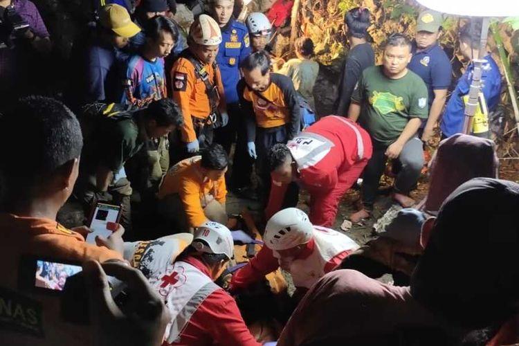 Proses evakuasi mahasiswa Unsika yang terjebak di Goa Lele, Kampung Tanah Bereum, Desa Tamansari, Kecamatan Pangkalan, Kabupaten Karawang, Senin (23/12/2019) dini hari.