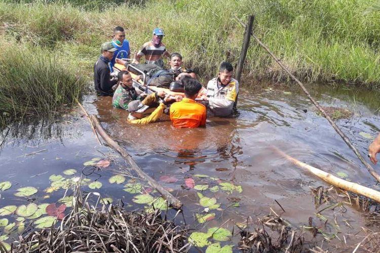 Sebuah pesawat microlight trike milik Kementerian Lingkungan Hidup dan Kehutanan (KLHK) kehilangan daya dorong saat terbang dan jatuh di kawasan gambut Desa Sungai Awan, Kecamatan Muara Pawan, Kabupaten Ketapang, Kalimantan Barat (Kalbar), Jumat (11/12/2020).