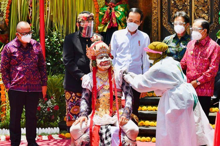 Presiden Jokowi meninjau pelaksanaan vaksinasi massal COVID-19 di Puri Saren Agung, Ubud, Kabupaten Gianyar, Bali, Selasa (16/03/2021).