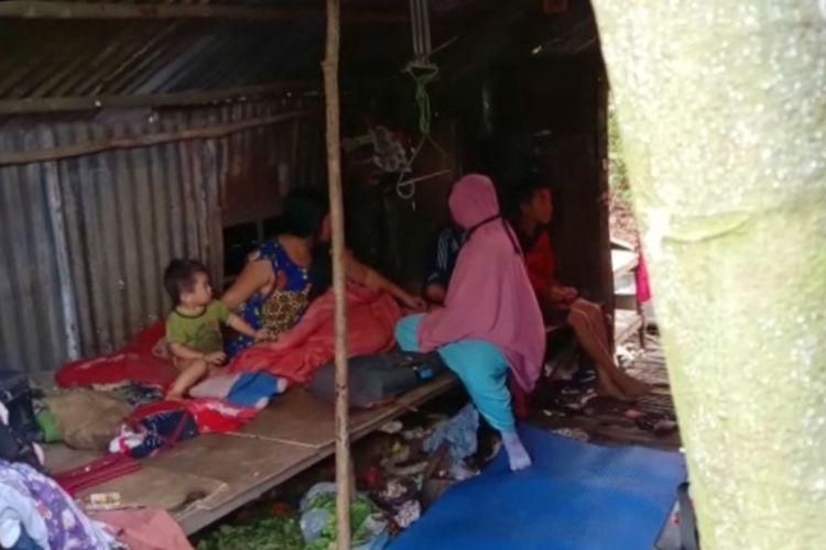 Tampak kondisi gubuk berdinding seng bekas mirip kandang ayam yang ditenpati pasutri bersama 4 anaknya di Jalan Tani, Desa Mega Timur, Kecamatan Sungai Ambawang, Kabupaten Kubu Raya, Kalimantan Barat.