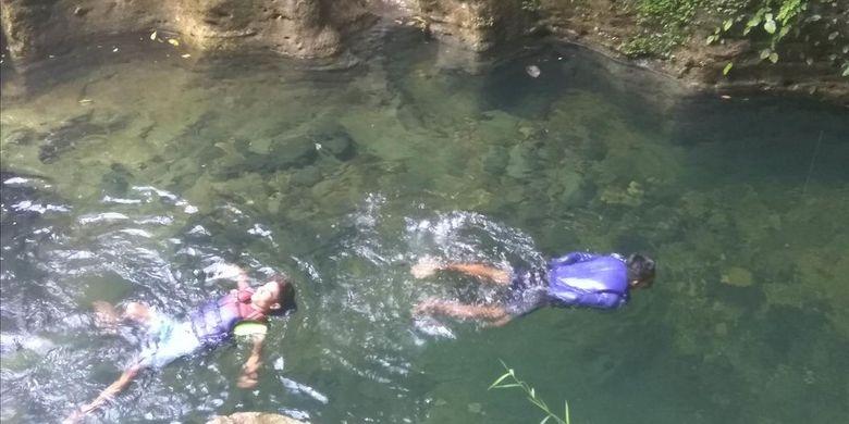 Air jernih membuat wisatawan betah lama-lama berada di air.