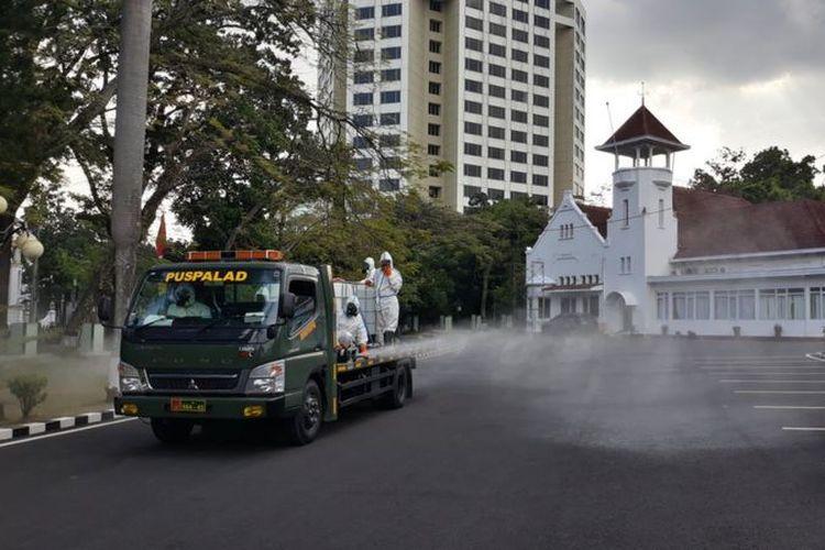 Penyemprotan disinfektan di Makodam III Siliwangi, Jalan Aceh Kota Bandung, Sabtu (11/07).