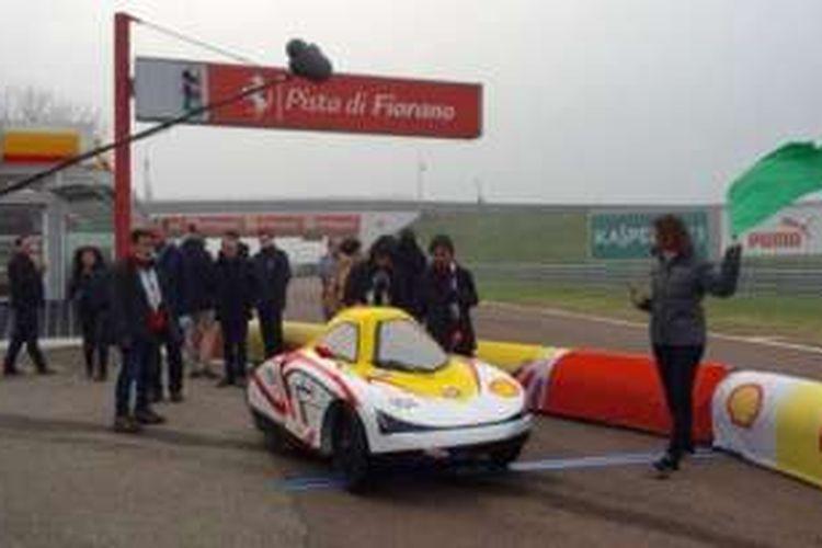 Mobil Turangga Cheta Evolution 4 ciptaan para mahasiswa saat diuji coba di sirkuit Fiorano milik Ferrari di Maranello, Italia.