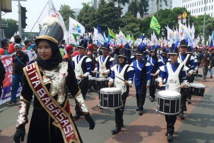 Buruh dari berbagai serikat meramaikan peringatan Hari Buruh Internasional atau May Day 2017 di bundaran Bank Indonesia, Jakarta Pusat, Senin (1/5/2017) siang. Selain berorasi, buruh menampilkan berbagai pertunjukkan seperti marching band dan joget bersama.