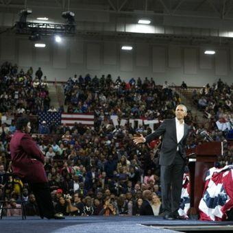 Mantan Presiden AS Barack Obama berpidato di hadapan massa untuk mendukung kandidat Gubernur  Georgia Stacey Abrams (kiri) selama kampanye di Morehouse College di Atlanta, Georgia. Foto ini diambil pada Jumat (2/11/2018). (AFP/Jessica McGowan)