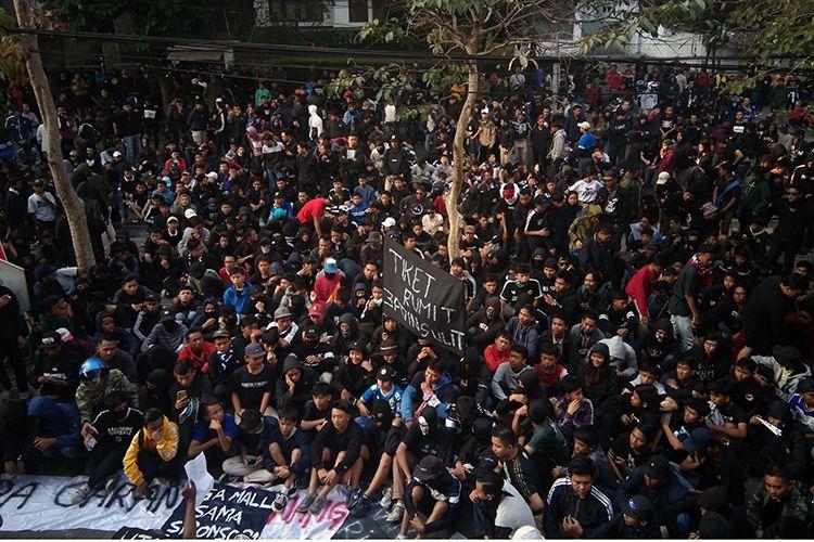 Aksi demonstrasi Bobotoh di depan Graha Persib, Kota Bandung, Sabtu (10/8/2019). (KOMPAS.com/SEPTIAN NUGRAHA)