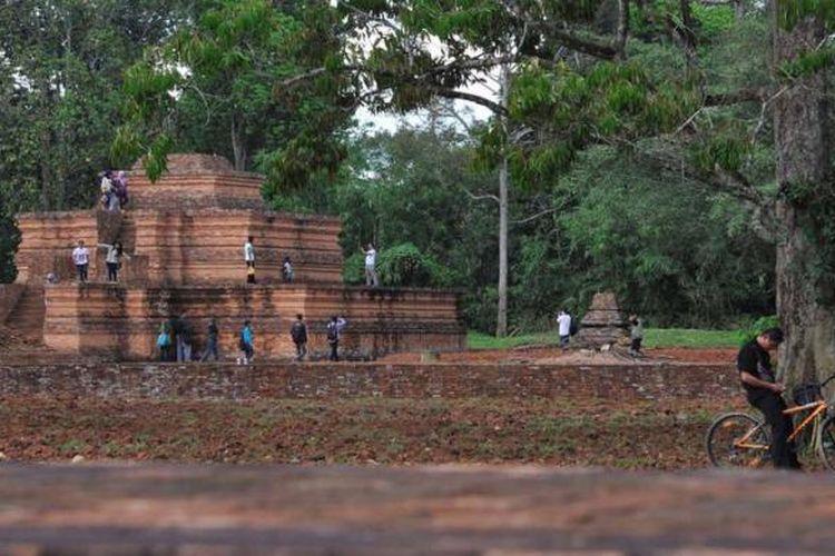 Situs Candi Muaro Jambi - Pengunjung melihat Candi Tinggi  di Kompleks Situs Candi Muaro Jambi di Kabupaten Muaro Jambi, Jambi, Sabtu (10/11/2012). Kompleks situs ini luasnya sekitar 17,5 kilometer persegi dan diperkirakan ada sekitar 110 buah candi.  Situs Muarao Jambi yang diperkirakan dibangun sejak abad ke-4 hingga ke-11 Masehi ini menjadi tempat pengembangan ajaran Budha pada masa Melayu Kuno. Situs ini kini terancam perusakan oleh tambang batu bara dan industri pengolahan minyak sawit.