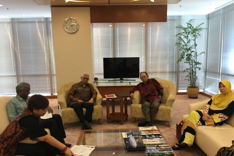 Presiden Direktur Minamas Haryanto Tedjawidjaja dan Mantan Wakil PM Malaysia Tun Musa Hitam dalam dialog usai Minamas Scholarship Awards 2018 di Jakarta, Selasa (27/2/2018)