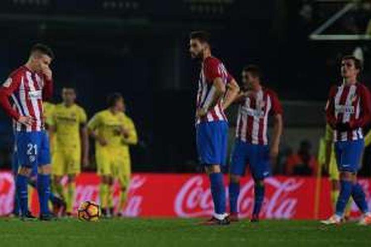 Reaksi para pemain Atletico Madrid setelah Villarreal mencetak gol ke gawang mereka dalam pertandingan La Liga di Stadion El Madrigal, Vila-real, Senin (12/12/2016). Villarreal menang 3-0.