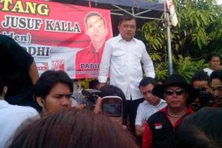 Calon wakil presiden Jusuf Kalla (atas) berkampanye di Jalan Lebak Wangi RT 003 RW 04 Kelurahan Mekarsari, Kecamatan Neglasari, Kota Tangerang, Banten, Senin (23/6/2014).