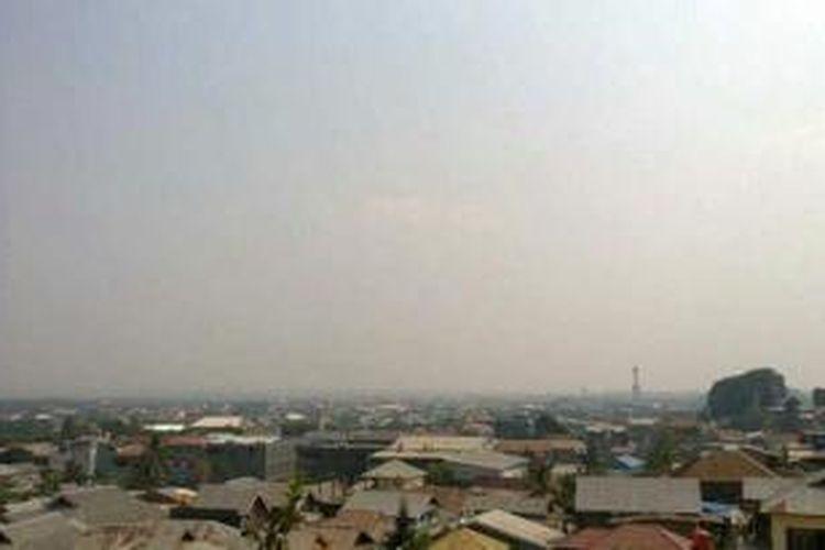 Kabut asap mulai menyelimuti langit di wilayah Kendari pada siang hari