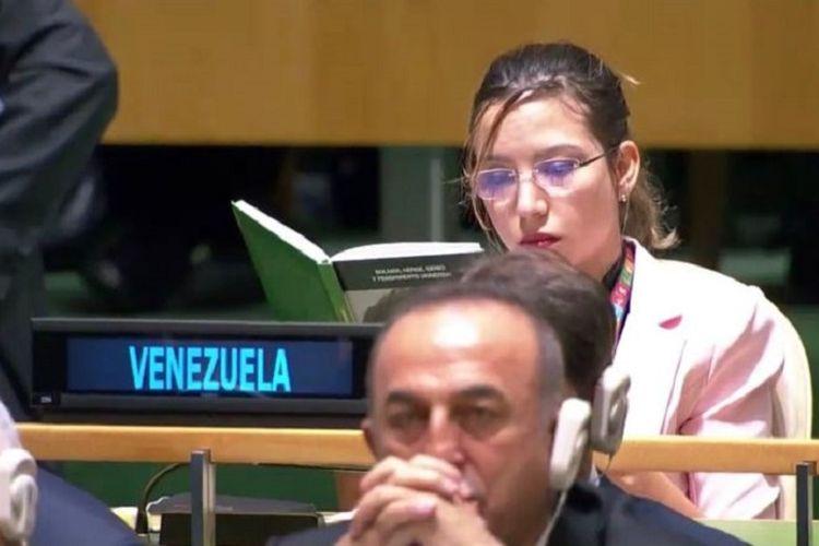 Duta Besar Venezuela untuk PBB Daniela Rodriguez membaca buku ketika Presiden Amerika Serikat Donald Trump berpidato di Sidang Umum PBB di New York, Selasa (24/9/2019). Trump menyebut Presiden Venezuela Nicolas Maduro adalah boneka Kuba.