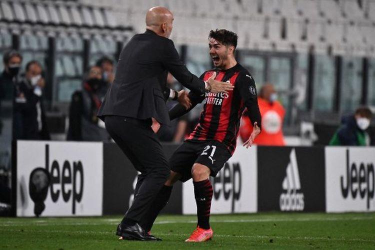 Brahim Diaz (kanan) merayakan golnya bersama Stefano Pioli (kiri) pada laga pekan ke-35 Liga Italia yang mempertemukan Juventus vs AC Milan di Stadion Allianz pada Senin (10/5/2021) dini hari WIB.