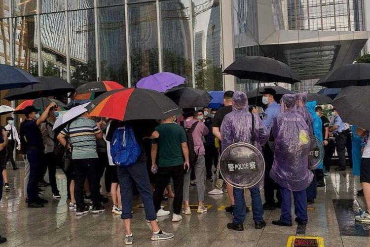 Puluhan investor beserta kontraktor nampak mendatangi kantor China Evergrande Group pada Selasa (14/09/2021) waktu setempat
