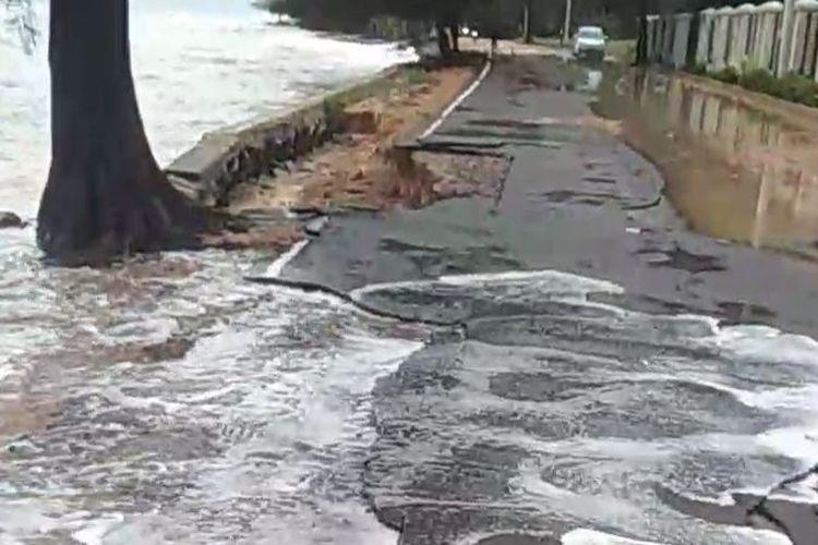 Abrasi merusak jalan di Pantai Pasir Padi Pangkalpinang, Rabu (13/1/2021)