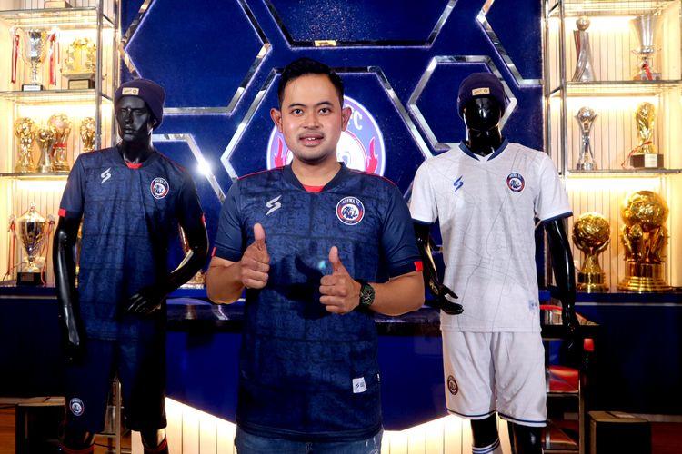 Presiden klub Gilang Widya Pramana menggunakan jersey terbaru Arema FC untuk mengarungi Liga 1 2021 yang diperkenalkan di Champions Corner Malang, Jawa Timur, Selasa (17/8/2021) siang.