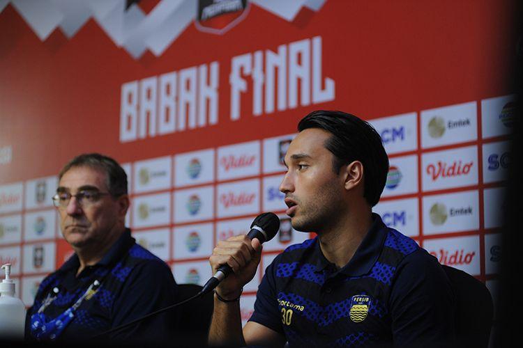 Penyerang Persib Bandung, Ezra Walian (kanan), dalam sesi konferensi pers jelang laga final leg pertama Piala Menpora 2021 melawan Persija Jakarta di Sleman, Rabu (21/4/2021).