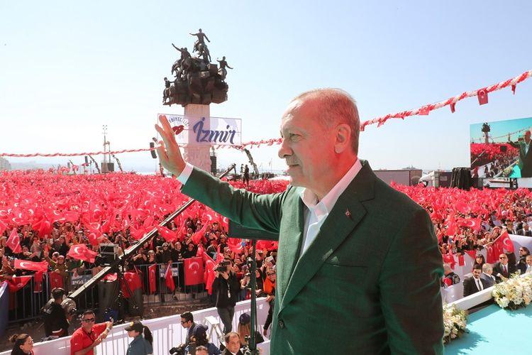 Presiden Turki Recep Tayyip Erdogan sedang menyapa pendukungnya dalam sebuah kampanye di kota Izmir, Minggu (17/3/2019).