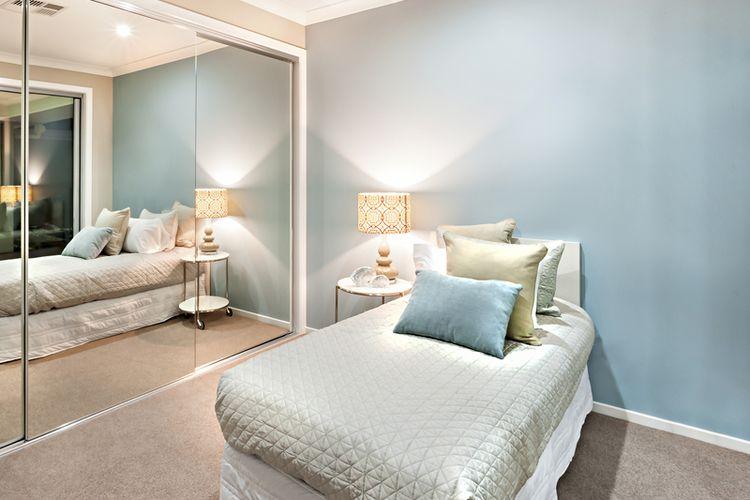 Ilustrasi cermin besar di kamar tidur.