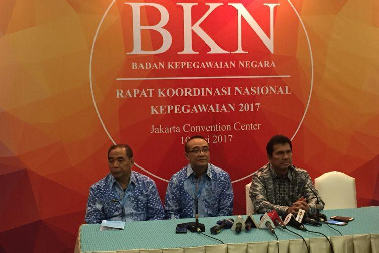 Menteri Pemberdayaan Aparatur Negara dan Reformasi Birokrasi Asman Abnur (kanan) di rakornas Badan Kepegawaian Nasional di Jakarta, Rabu (10/5/2017).